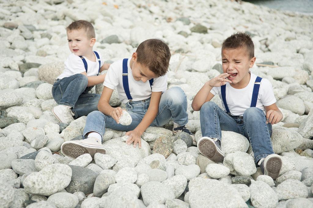 bimbo-piange-con-fratelli