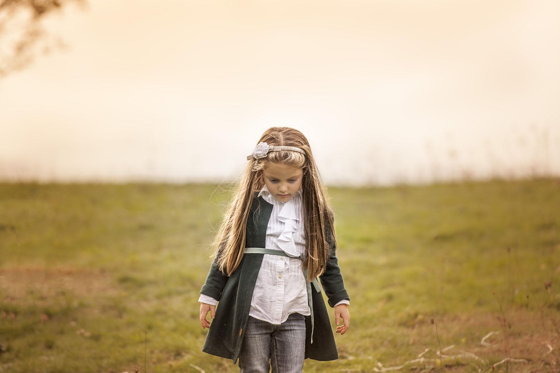 bambina cammina su prato