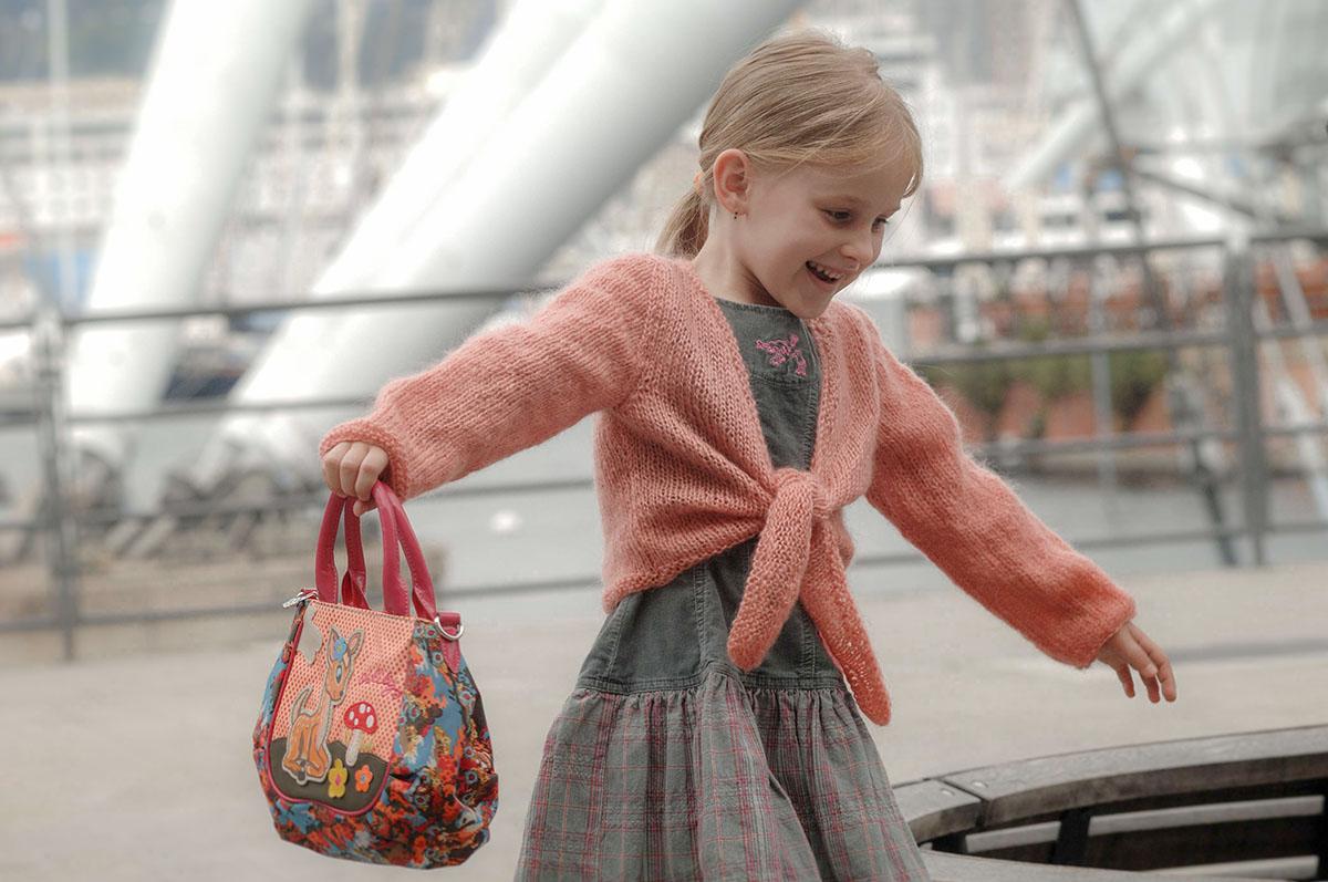bambina con borsetta sorride