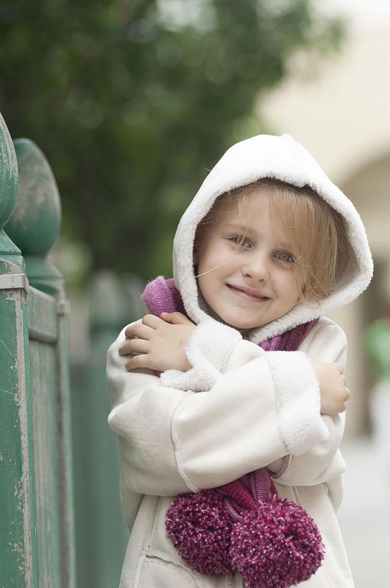 bambina con cappuccio e sciarpa