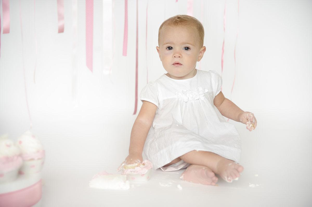 bambina con gambe incrociate