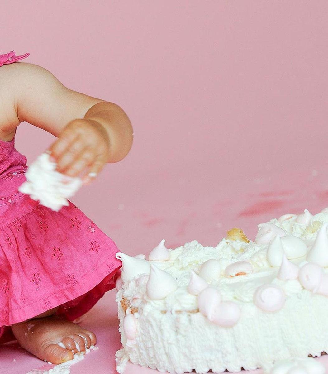 bambina mangia torta con panna
