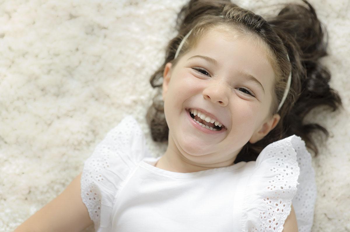 bambina sdraiata che sorride