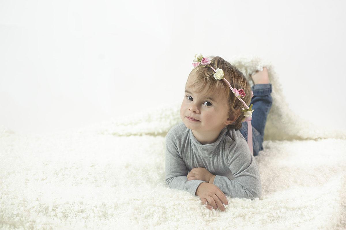 bambina sdraiata su tappeto