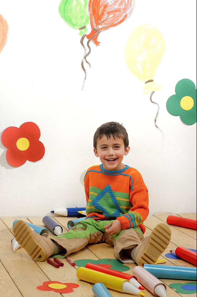 bambino con matite colorate