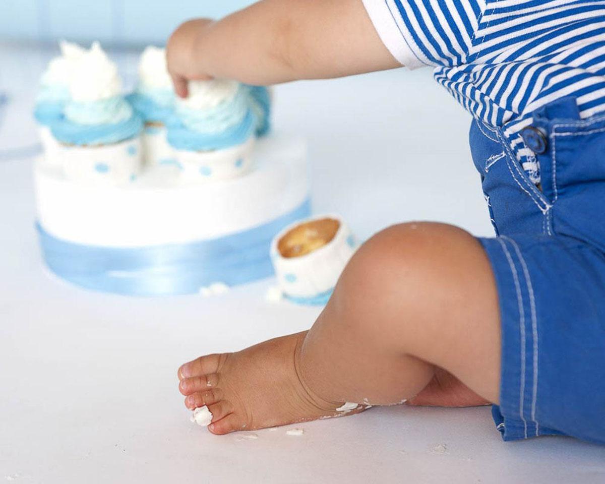 bambino gioca con torta