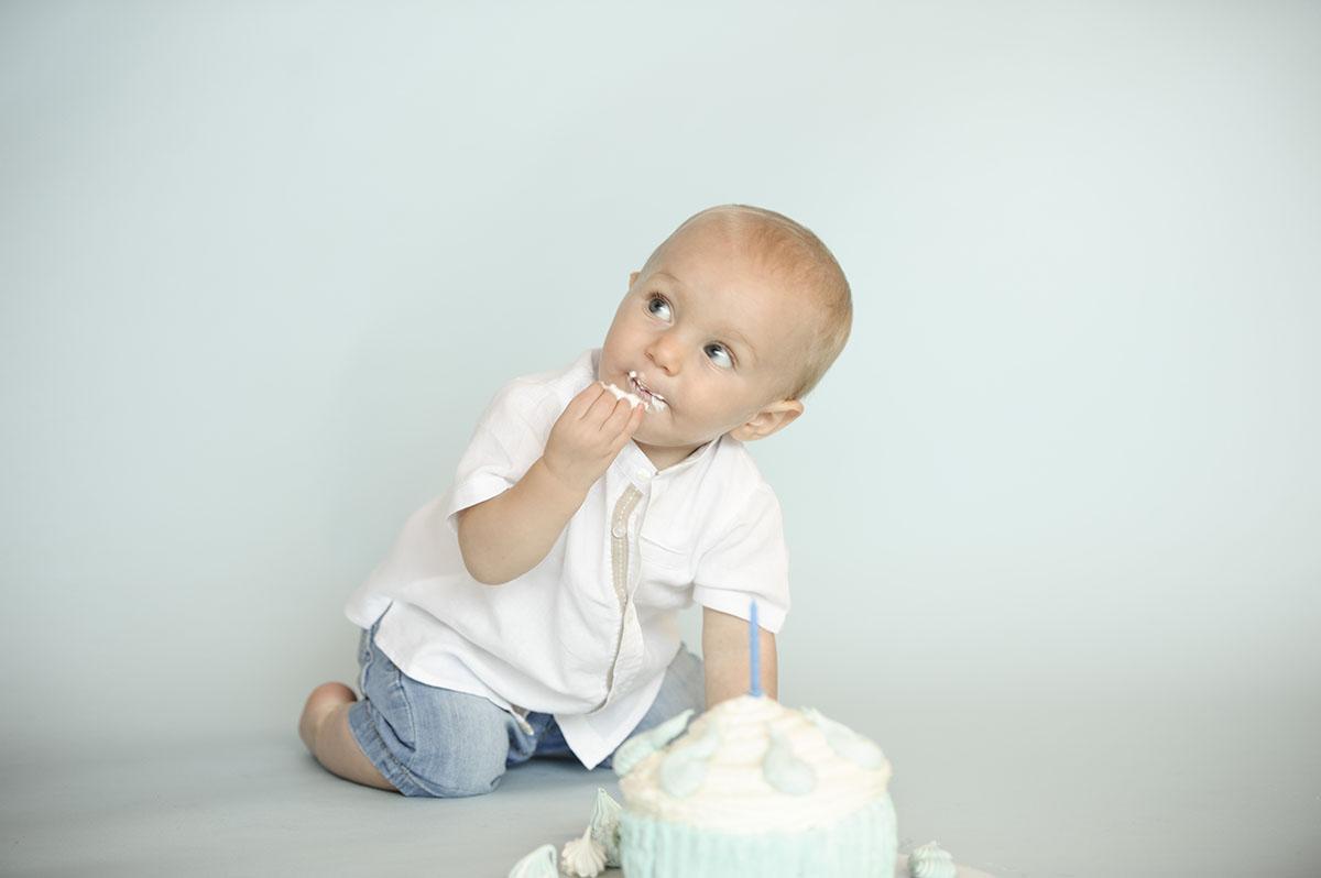 bambino in ginocchio mangia torta
