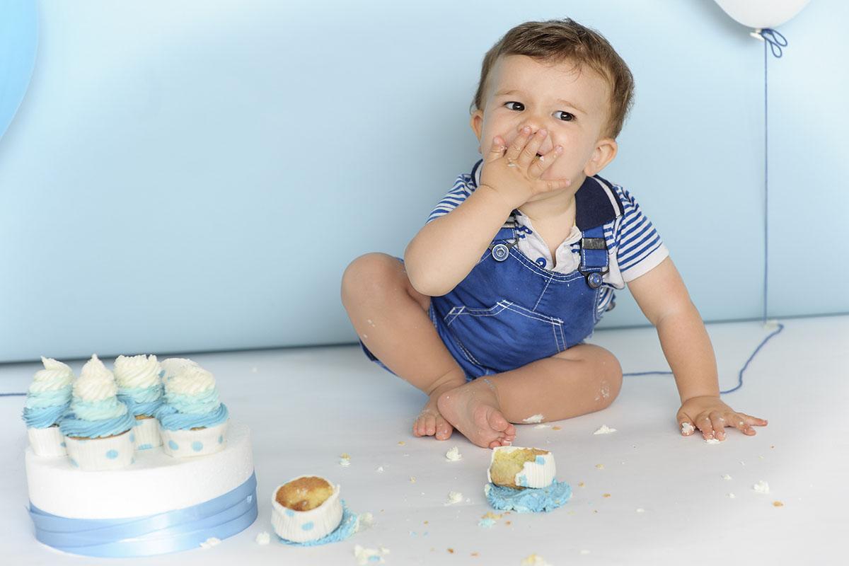 bambino mangia torta panna