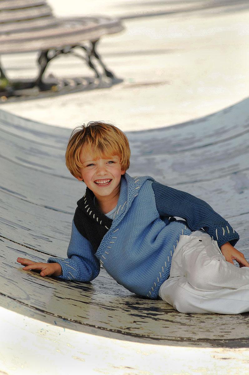 bambino sdraiato sorride