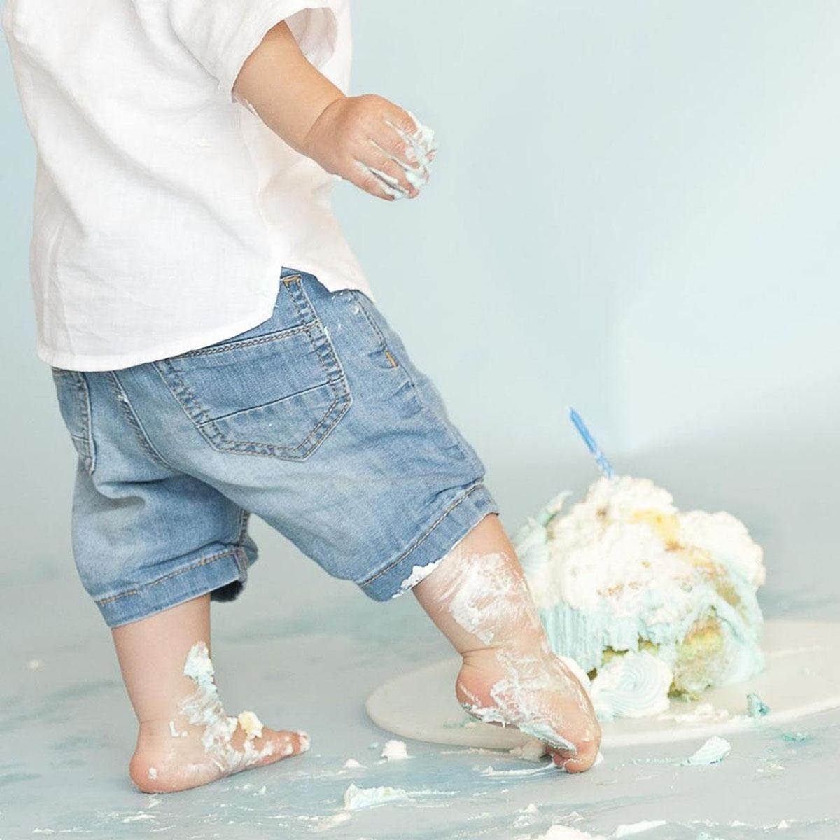 bambino tira calci a torta