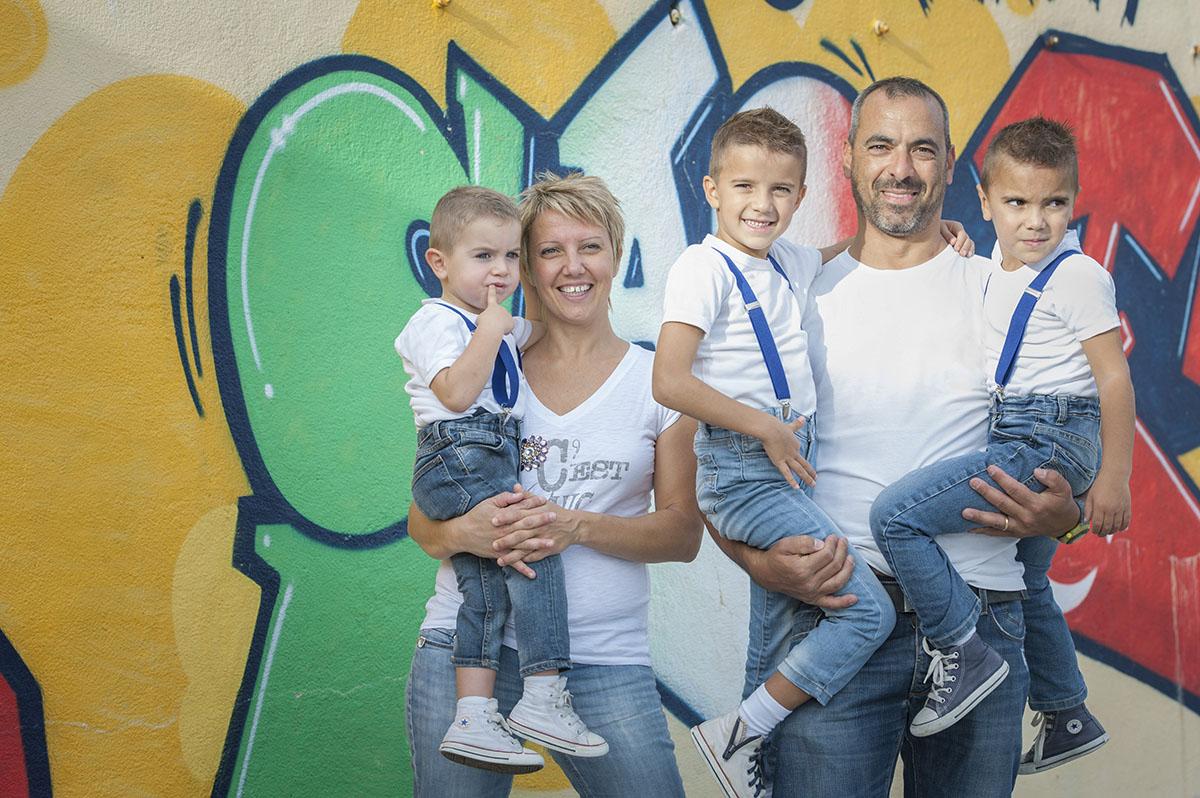 famiglia con bimbi in braccio
