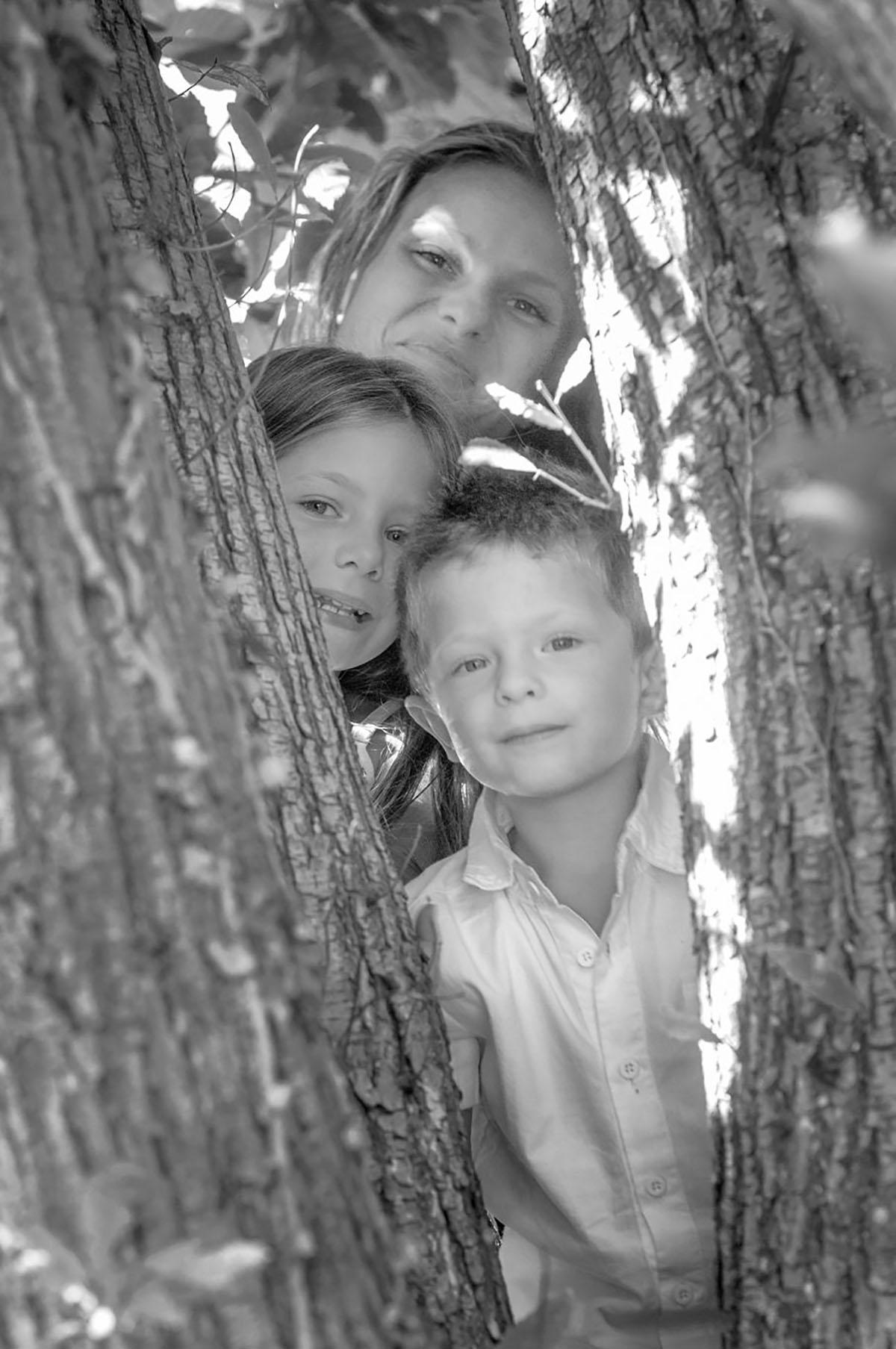 famiglia tra gli alberi