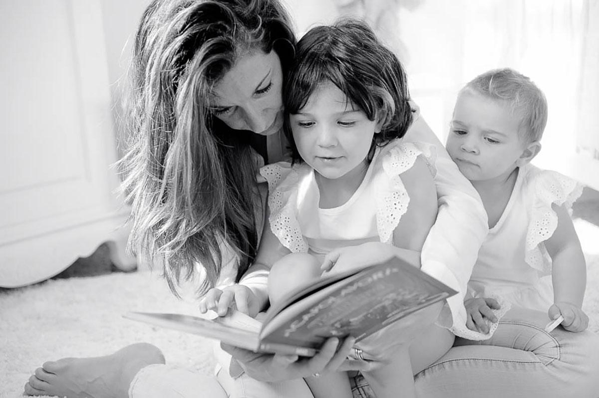 mamma legge favole alle figlie