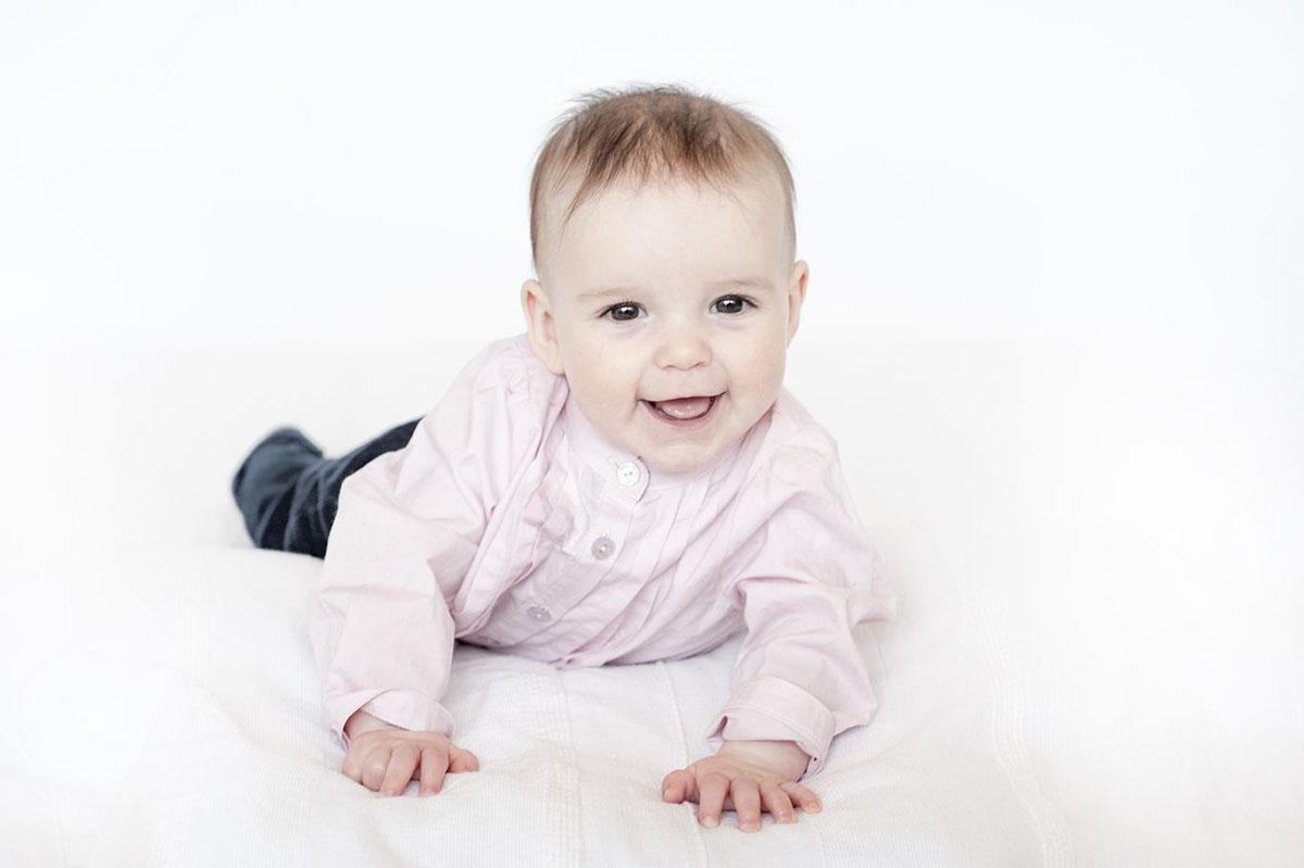 neonata sorride sdraiata