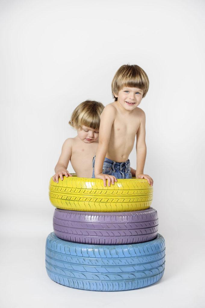 bambini-dentro-ruote-jpg