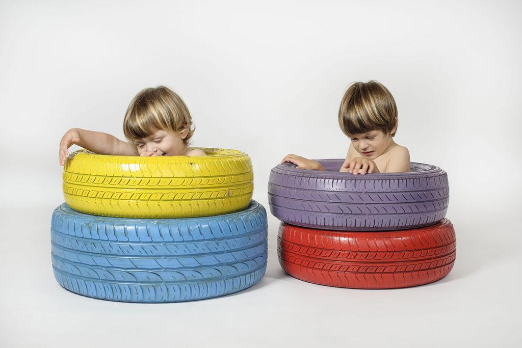 bambini-seduti-dentro-ruote-colorate-jpg