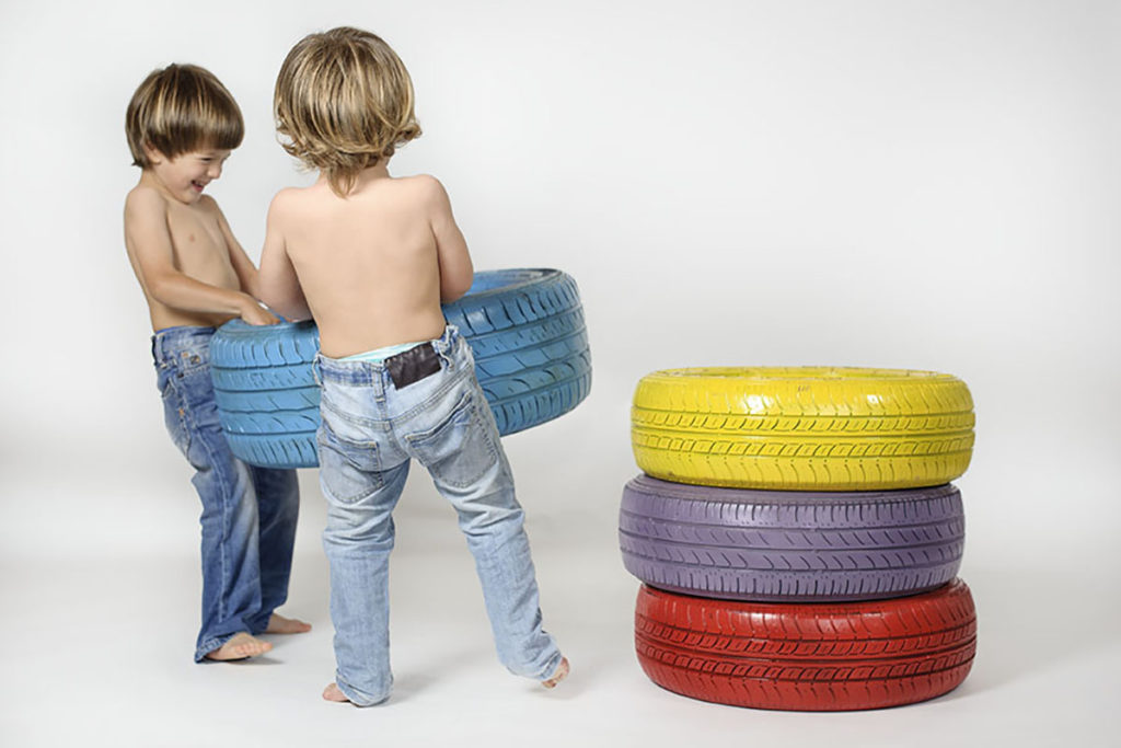 bimbi-giocano-con-ruote-jpg