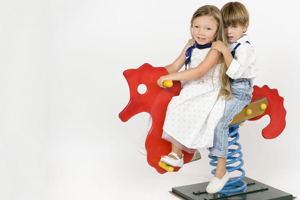 bambini-su-cavallo-a-dondolo-jpg